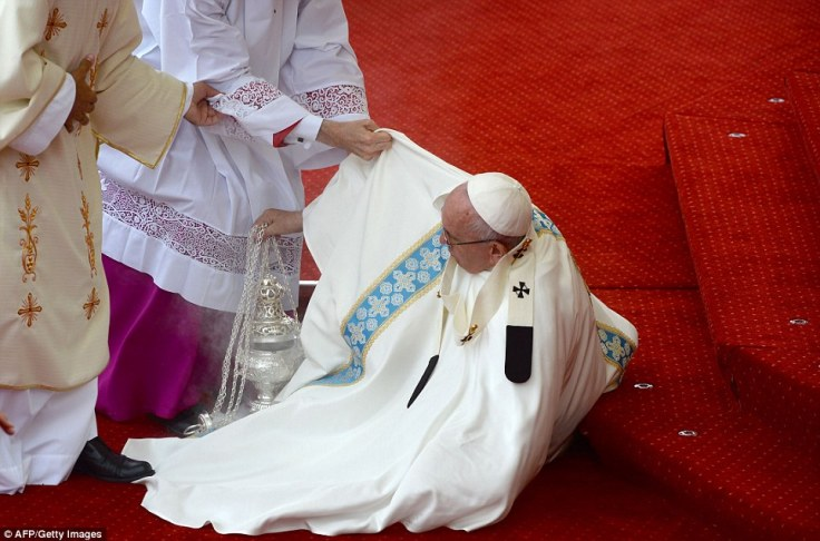 36AA11E300000578-3712379-The_79_year_old_pontiff_stumbled_at_the_altar_and_had_to_be_help-a-34_1469699026168.jpg